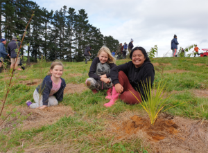 Read more about the article Waikino students help plant trees at Waikino Domain
